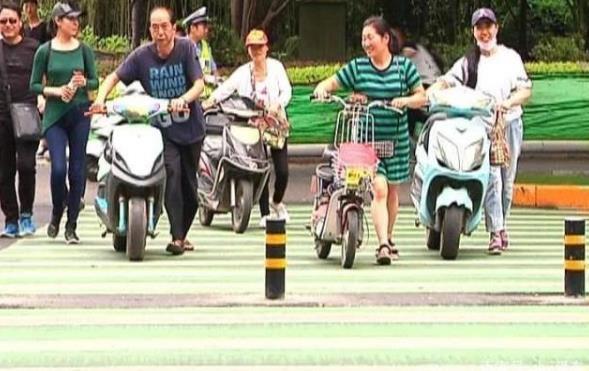 """电动车""""新规""""又来,过红绿灯要下来推着走,车主:我的路权呢?"""
